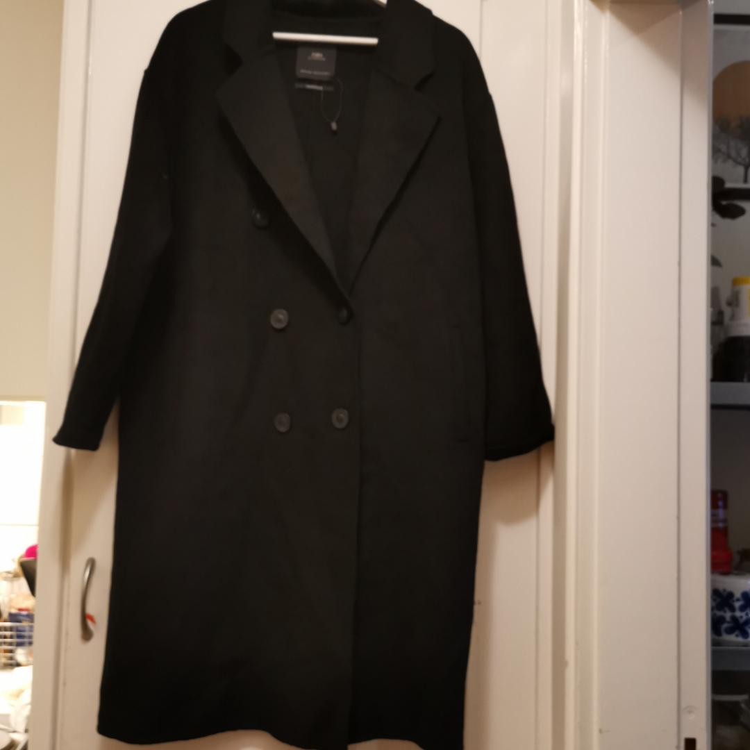 Svart ullkappa från ZARA. Inköpt i vintras, knappt använd. Säljes pga att jag hittade en annan kappa strax efter jag köpt denna som jag trivs bättre i. Således i mycket bra skick.  Finns i stockholm. Om den ska fraktas får köparen stå för frakten. . Jackor.