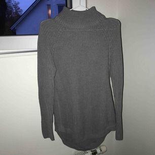 Grå stickad tröja från Gina Tricot, Storlek S, knappt använd, nypris 400kr, köparen står för frakt