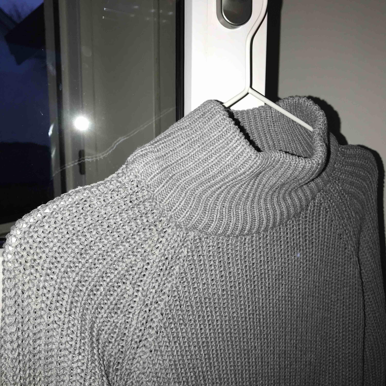 Grå stickad tröja från Gina Tricot, Storlek S, knappt använd, nypris 400kr, köparen står för frakt. Stickat.