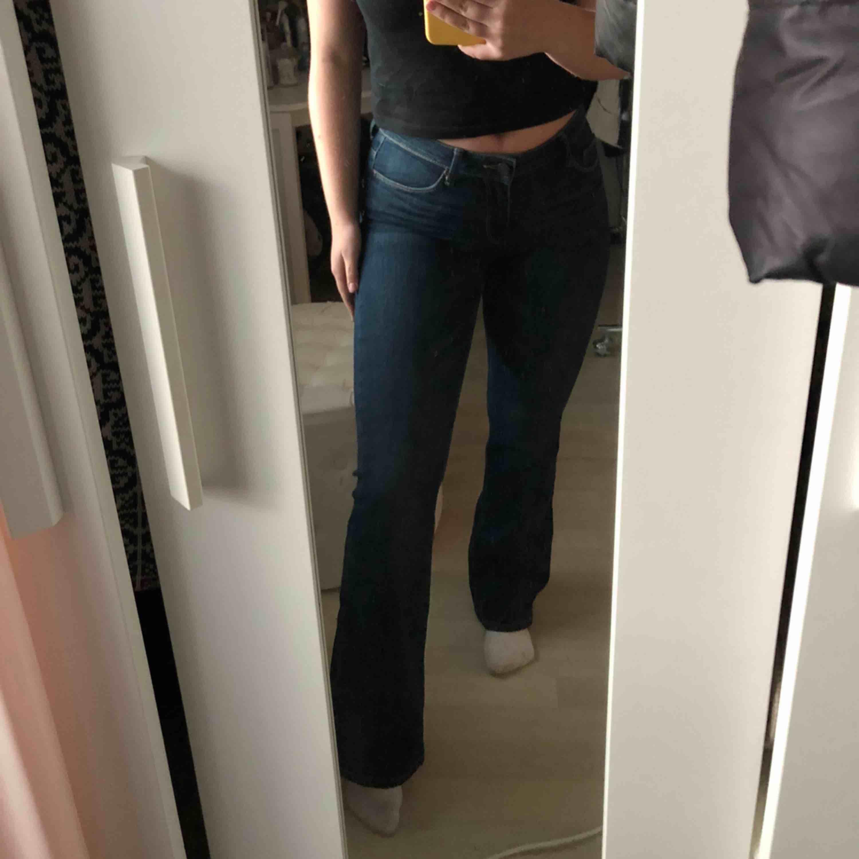 Snygga mörka bootcutjeans från Lindex i storlek 34 . Jeans & Byxor.