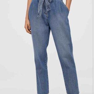Mom jeans / paper bag jeans från hm. Använda men i fint skick. Frakt tillkommer och pris kan diskuteras.