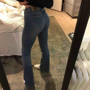 Säljer mina bootcut jeans från jeansbolaget. Jag är 169 cm och de sitter bra på mig, de är också i väldigt bra skick! Köparen står för frakten!