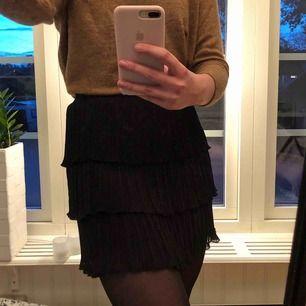 Helt ny svart kjol från SHEIN, aldrig använd. Jättefin nu till hösten, men tyvärr inte så fin på mig. Frakten står man själv för men jag kan gärna mötas upp i Sjöbo eller Lund, 💗
