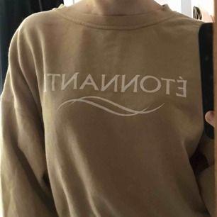 En jättefin beige croppad sweatshirt från HM. Endast använd ett fåtal gånger och är i väldigt bra skick. Köparen står för frakten som max ligger på ca 70kr🥰