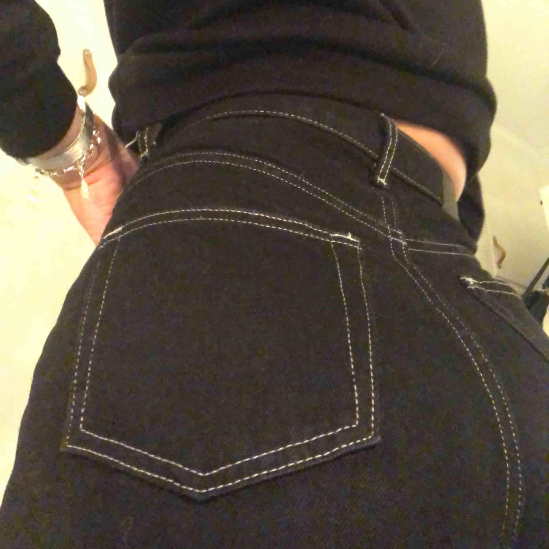 Säljer mina ÄLSKADE byxor med vita sömmar. De är helt slut överallt, och har tyvärr blivit för små för mig </3 frakt på 59kr tillkommer. . Jeans & Byxor.