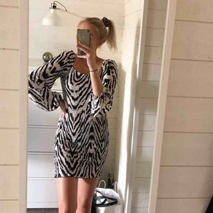 Superskön och stretchig klänning från Gina.