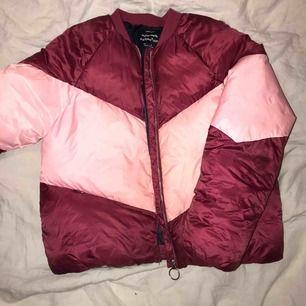 Säljer min rosa dunjacka från zara. Är jätte fin, varm bomberjacka i dun. Super fin nu till höst/vinter👍🏼köparen står för frakten!