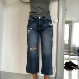 Croppad jeans från Bikbok med slitningar. Aldrig använda. 100% bomull