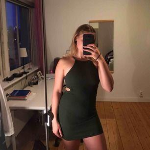 """Militärgrön klänning som passar både till fest och vardag! """"Slitsar"""" på sidan om klänningen som ger snyggare form. Köpare betalar frakt (+20kr) 💗"""