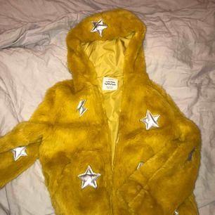 Säljer min gula jacka från zara. Är i storlek 158-164 men passar mig bra som är 169. Är jättefin nu till hösten. Köparen står för frakten!