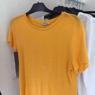 Oanvänd T shirt från Zara i storlek S.