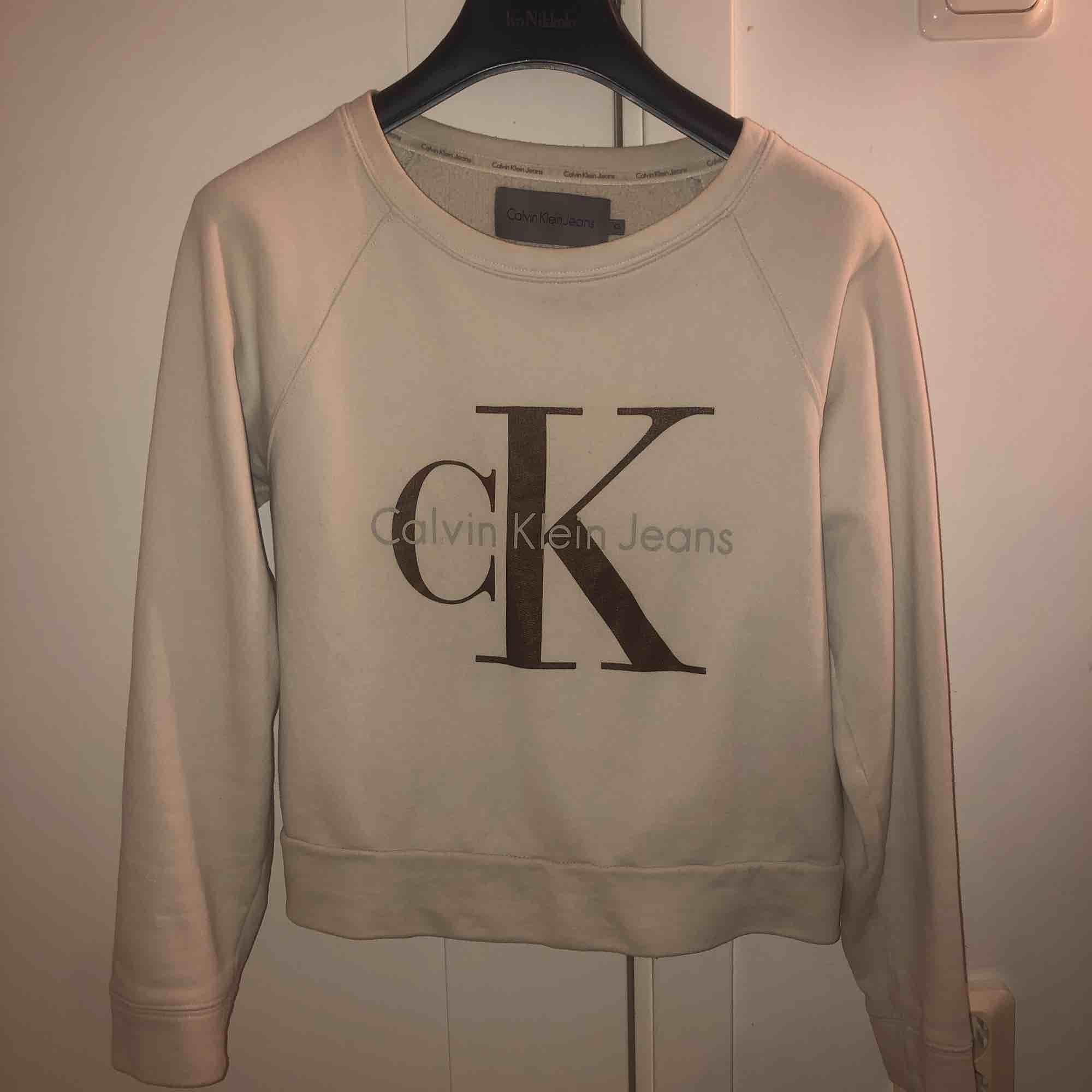 Calvin Klein tröja, väldigt mjuk och trycket är i brons. Ny pris 1200. Huvtröjor & Träningströjor.