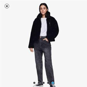 """Ett par jeans HELT OANVÄNDA från cheap monday (caliroots) i modellen DONNA, st 31 32, motsvarar ungefär st M i """"vanliga"""" jeans. Säljer då jag helt glömde bort att skicka iväg dem och nu är det tyvärr försent🥺🌸"""