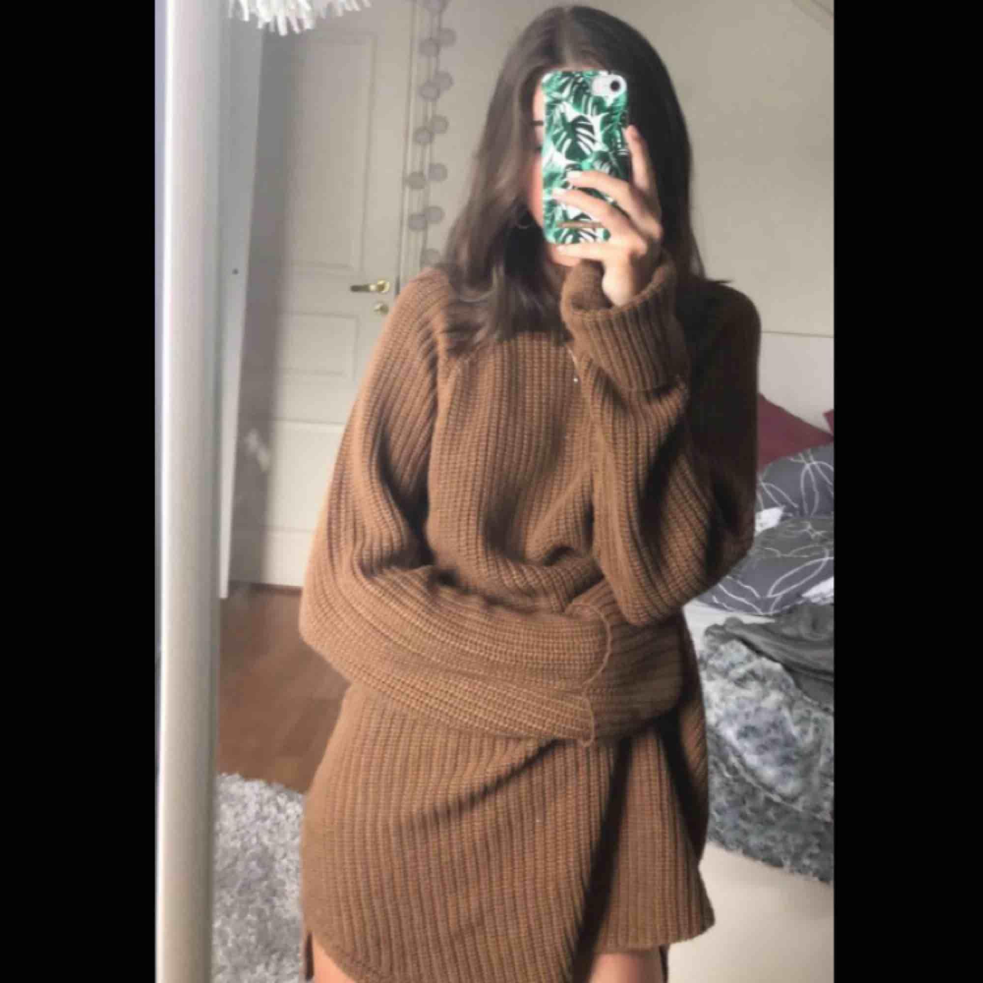 Jätte jätte mysig tröja som är ganska lång men går jätte bra att stoppa in i byxan tex om man vill🥰 Den är perfekt nu till hösten och jag säljer den för att den inte kommit något till användning☺️ frakten bjuder jag på🤪. Stickat.