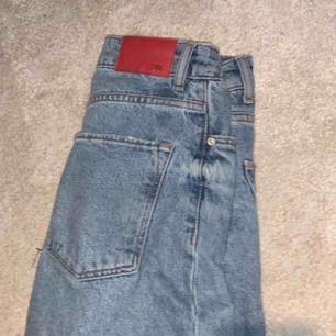 Skitsnygga croped jeans igen ZARA, nästan aldrig använda. Byter även!