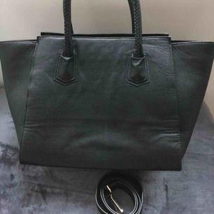 Fin väska i fint skick, 100 kr plus frakt :)  (Blev något fel på bilden så den ser fläckig ut vilket den inte är)