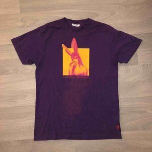 T shirt köpt från carlings för 149 kr. Den har en tvättfläck men som inte syns så tydligt irl och om man knyter tröjan i en knut fram så ser man den inte alls. Frakt tillkommer och pris kan diskuteras. (Det är inte Ariana Grandes merch)