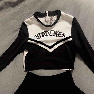 🦇🕸🕷🎃 Cheerleader kostym perfekt inför halloween! Croppad tröja i S och en kjol i XS, aldrig använda! (Dock är en lapp avklippt i kjolen då den var fett störande haha) 100kr/st eller 170kr tillsammans. Fri frakt! 🦇🕸🕷🎃