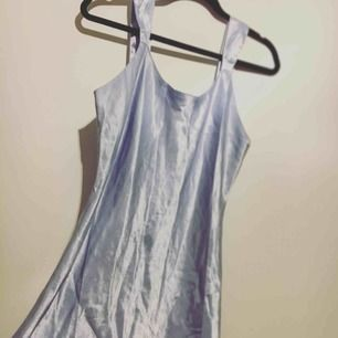 Ljusblå vacker silkesklänning. Går nästan till knäna på mig (166cm)