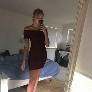 Stretchig vinröd klänning. Gott skick.