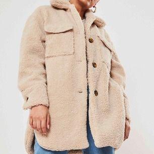 Säljer min helt oanvända oversized Teddy jacka på grund av att jag köpte för stor storlek. Priset går att diskuteras. Frakten står köparen själv för.