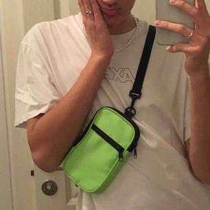As cool neongrön magväska från Monki. Knappt använd pga att jag redan äger många väskor. Behöver ett nytt hem!!! Köpare står för frakt 🥰.