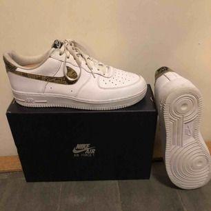 Nike air max 1 ivory snake. Condition: 8/10, nästan nyskick, använd 5 gånger. Köpt från END.com Retail: 1200kr  Resell (stockx): 1900kr~