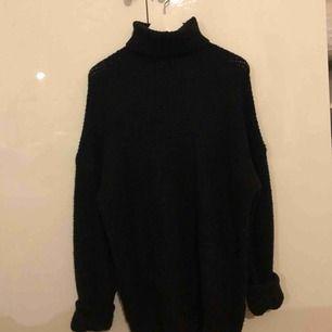En fin svart oversized stickad tröja nyligen köpt från nakd i storlek s köparen stor för frakten skriv om ni är intresserade:))