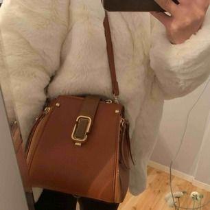 Väldigt unik väska i brun färg med dragkedja, axelband och magnet flärp. Mycket bra skick, vid intresse kan jag skicka fler bilder