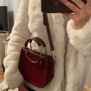 Väska i bra skick har använd sparsamt. Både handtag och axelband. Vid intresse kan jag skicka fler bilder. Inkl frakt.