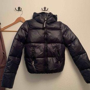 Skit snygg puffer jacka som aldrig är använd pga för liten.  Marinblå, lite kortare modell.