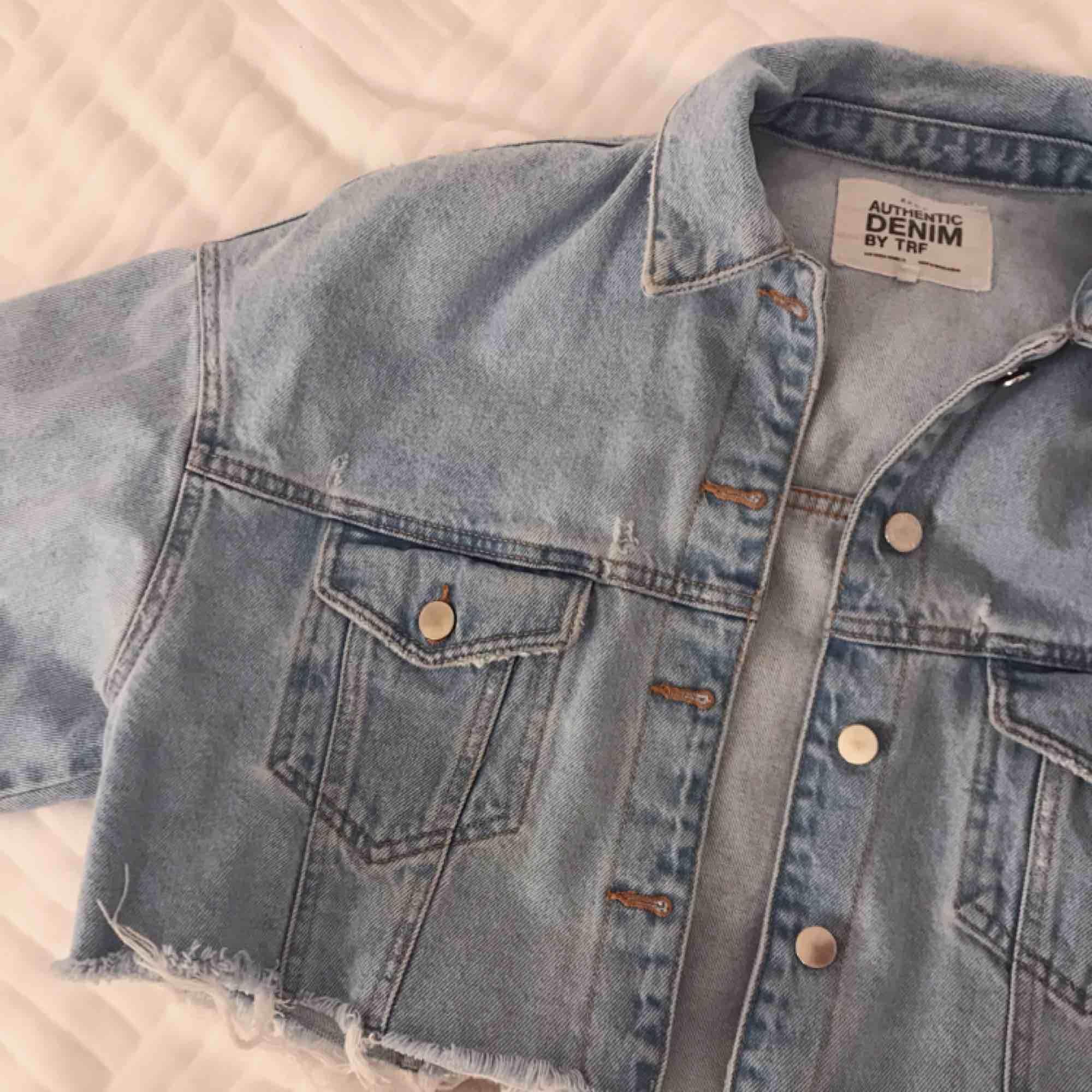 Säljer denna snygga jeansjacka från zara, på grund av fel storlek! Endast använd vid ett tillfälle!. Jackor.