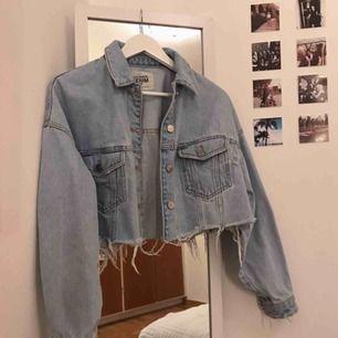 Säljer denna snygga jeansjacka från zara, på grund av fel storlek! Endast använd vid ett tillfälle!