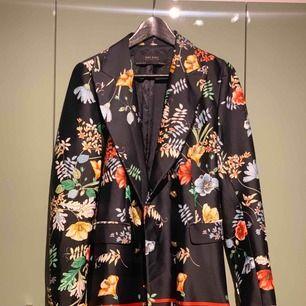 Mycket fin och speciell blazerkavaj ifrån Zaras höstkollektion förra året. Lyxigt sidentyg med guldknappar. Perfekt att ha som både tunnare jacka eller blazer