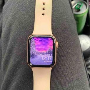 Apple Watch 4  40mm rosefärgad   Använd i cirka 5månader Finns i Haninge