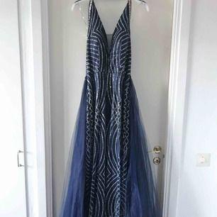 Jag säljer denna klänningen som är i nyskick då den bara har använts i 4 timmar. Storleken 38-40. Klänningen är tajt med en kjol över. Ordpris: 4000kr, säljs för 2499kr. Vid snabbaffär kan priset diskuteras. Klänningen finns och köpa i Malmö.