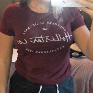 Vinröd t-shirt från hollister Ej använd Den är i storlek S men jag kan även ha den som har M i vissa tröjor ! Köparen står för frakt !