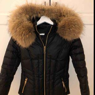 Säljer min jättefina Rock and Blue jacka med äkta päls samt guld detaljer! Jackan är använd endast 1 vinter så den är i nyskick🌷 Vid snabb affär går priset att diskutera!  Kan mötas upp i Stockholm.