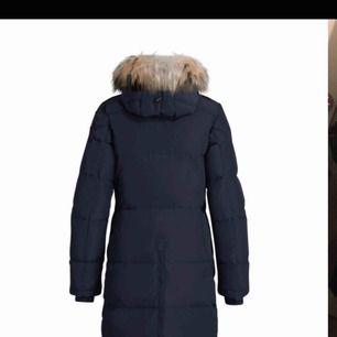 Jätte fin och varm jacka i nyskick! Köptes i i februari detta året och är sparsamt använd. Marinblå färg.