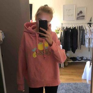 En fin hoodie från Svea i storlek M, har en väldigt fin luva. Aldrig använd och resåren längst ner är inte så tajta därför har jag inte använt denna. Säljs för 150kr + frakt