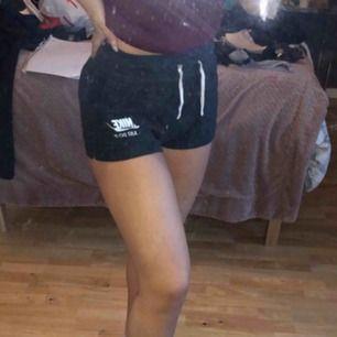 Gråa mjukis Nike shorts med fickor fram Nypris 499 Sällan använda Passar både S och M då midjan är väldigt stretchig