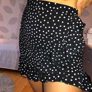 Superfin prickig kjol men volanger runt och tvärs över! Säljer pga kommer ej till användning. Helt oanvänd! Bjuder på frakt 🤗