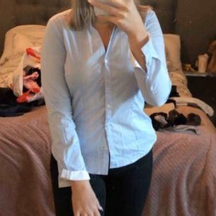 Vanlig ljusblå skjorta  Skulle säga att det är en M i storlek  Använd vid endast ett tillfälle