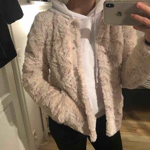 Säljer nu min mysiga pälsjacka från Vero Moda i storlek XS. Endast använd två gånger så den är i toppenskick. Eventuell frakt tillkommer. Hör av dig vid eventuella frågor 🌸