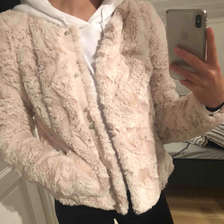 Säljer nu min mysiga pälsjacka från Vero Moda i storlek XS. Endast använd två gånger så den är i toppenskick. Eventuell frakt tillkommer. Hör av dig vid eventuella frågor 🌸. Jackor.