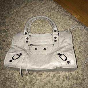 Grå balenciaga liknande väska, (small) storleken. Aldrig använd, därav att den säljs, den är faktiskt bra gjord. Är väldigt öppen för priser, skicka iväg ett meddelande vid intresse!