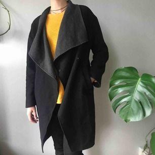 Snygg svart kappa med grå insida. Lite noppig och en knapp sitter lite löst, annars i bra skick. Köpt för 700kr.  Köpare står för frakt
