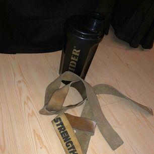 Shaker (vattenflaska) 20kr ny Liftning straps 100kr använda men fungerar utan problem! I mocka/skin