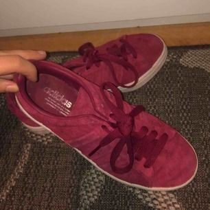 vinröda adidas skor använda fåtal gånger är i bra skick! säljer pga använder ej, köparen står för eventuell frakt!:)
