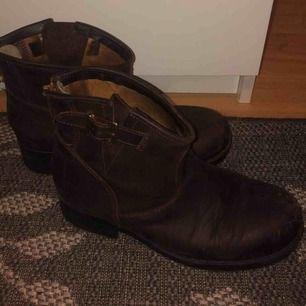 bruna låga johnny bulls, använda men i bra skick, säljer pga använder ej och köparen står föreventuell frakt:)